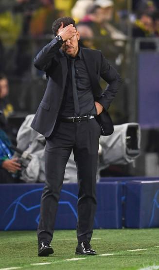Simeone pensativo durante el partido frente al Dortmund. Foto: UEFA